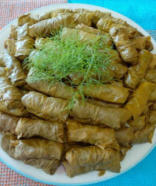 Συνταγή-εκτέλεση: Ζεματώ περίπου 120 φύλλα.Ετοιμάζω την γέμιση με 8 φρέσκα κρεμμυδάκια, 1ψιλοκομενο ξερό,αφού τα αχνίσω με ελάχιστο νεράκι, ρίχνω ελαιόλαδο