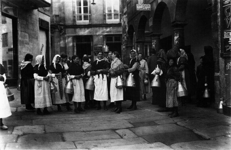 Leiteiras [Group of milk maids]. Santiago, 1924.