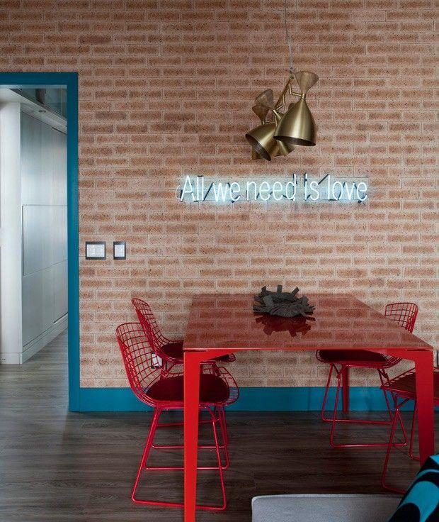 Sala-de-jantar-tijolos-letreiro-neon-apartamento-arquiteta-juliana-pippi (Foto: Marco Antonio/Editora Globo)