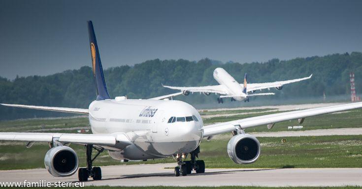 A 330 und ein A340 der Lufthansa an der Startbahn am Flughafen München