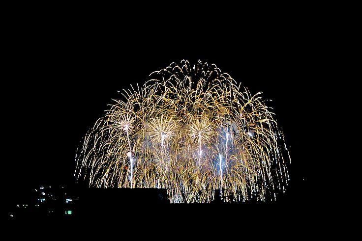 2016年8月8日(月)こんにちは。「第45回 加古川まつり花火大会」。昨日の定休日は、家族揃って花火鑑賞。とはいっても、この暑さ...。会場入りを諦め、近くのお店で鍋を囲みながら「BAN-BANテレビ」の生放送を楽しみました。写真はクライマックスを弊社屋上から撮影したもの。風向きが良く、例年より高く上がっていたので見やすかったです。ちなみに現在の場所(水管橋北側)で打ち上げるようになったのは2010年のこと。会場が変われば、人の流れも大きく変わる。花火の日と言えば、篠原町・寺家町の飲食店は大賑わいでした。それこそ屋台を出すほどに。それも今では昔話。「終わったら安全にお帰りください」だけでなく、規制するルートに一捻り欲しいものですね。あくまでも素人個人の考えですが(^^;  それでは、今日も皆様にとって良い1日になりますように☆ 【加古川・藤井質店】http://www.pawn-fujii.jp/