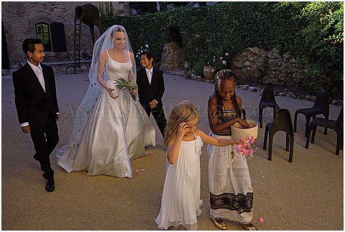 hello magazine photos brad and angelina's wedding | See Angelina Jolie in her Wedding Dress, Angelina & Brad Pitt Wedding ...