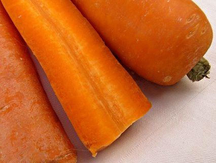 Gezonde Borrelhapjes: Groente stengels met basilicum-yoghurt dipsaus