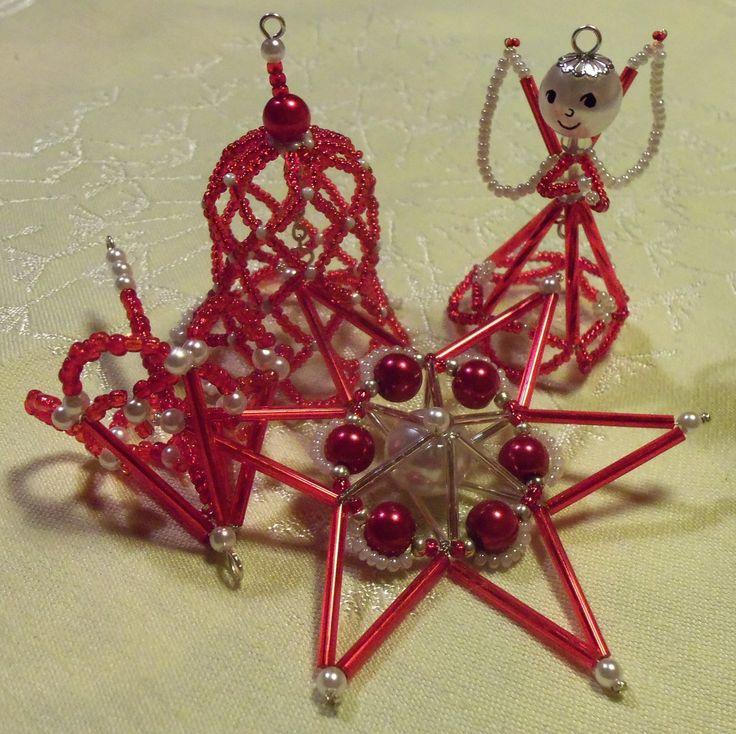 Červená vánoční sada Zpříjemněte si vánoce. Potěšte přátele či sebe něžnými ozdobičkami. Jsou vyrobeny ze skleněných korálků technikou drátování. Andílek výška 6 cm, zvonek 7 cm, paraplíčko 7 cm, hvězda 8 cm. Uvedená cena je za celou sadu