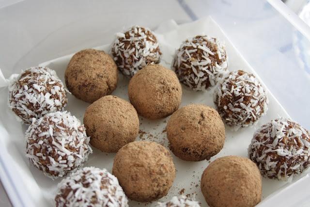 ca. 1 dl. goojibær ca. 400 g dadler ca. 1 dl. mandler ca. 1 dl casewnødder saften fra 1 appelsin 1 spsk. kokosolie 4 spsk rå kakaopulver kokosmel og rå kakaopulver til at trille dem i. Hak nødderne helt fine i en foodprocessor eller minihakker. Kom resten af ingredienserne i. Tril små kugler og vend dem i kokosmel eller kakaopulver - voila, det er da nemt.