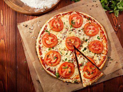 Hay quienes dicen que una pizza recalentada sabe mejor que la original, y después de haber probado este supersecreto para recalentar pizza, seguramente pensarás lo mismo. Sigue este paso a paso y come una pizza deliciosa, aunque sea recalentada.