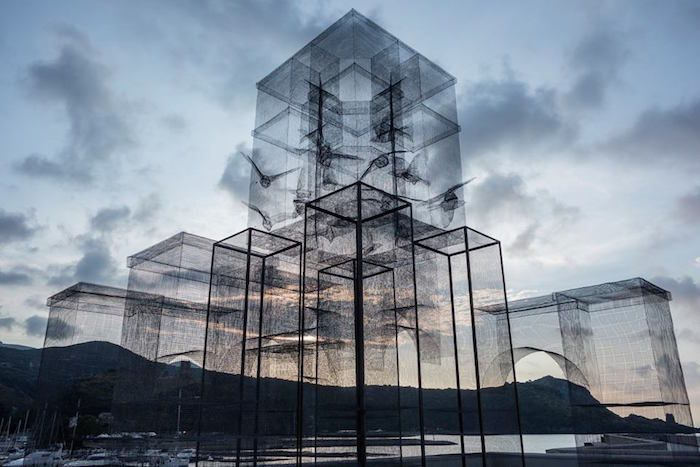 Pour un festival italien, le collectif Incipit mené par Edoardo Tresoldi a créé cette sculpture d'un pavillon aux murs de grillage traversé par des oiseaux qui semble se dévoiler qu'en densifiant le paysage derrière lui.