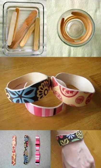 Hacer una pulsera con los palitos de los helados.    1. Hierve los palitos de madera durante 15-20 minutos para que se hagan flexibles.   2. Escúrrelos y déjalos secar introducidos dentro de un vaso. Ten en cuenta el tamaño de tu muñeca para escoger un vaso u otro.  3. Una vez secos píntalos a tu gusto o pégales papel adhesivo decorado.