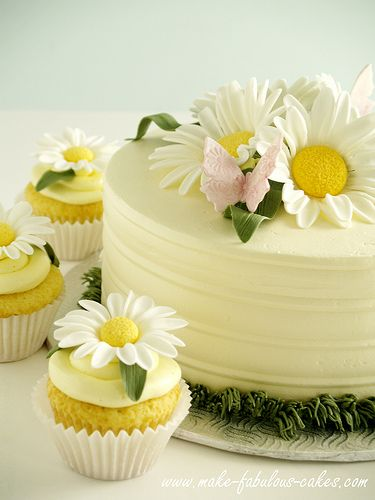 Daisy cake- decorating tutorial plus links to lemon chiffon cake and buttercream frosting: http://www.make-fabulous-cakes.com/daisy-cake.html