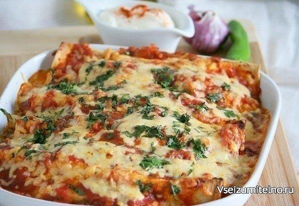 Энчиладас с курицей  Энчиладас - традиционное мексиканское блюдо, представляет собой тортильи с начинкой, завёрнутые в рулет и запечённые под острым соусом. Начинка на ваш вкус - курица, мясо, овощи, грибы.   Ингредиенты:  Лук репчатый — (100 г) 1 шт. Чеснок дольки — 4 шт. Перец чили — 2 шт. Томаты в собственном соку — 400 г Растительное масло — 80 мл Соль — 1.5 ч.л. Сахар-песок — 10 г Перец черный молотый — ½ ч.л. Куриный фарш — 800 г Перец чили молотый — ½ ч.л. Зира (кумин) — 1 ч.л…