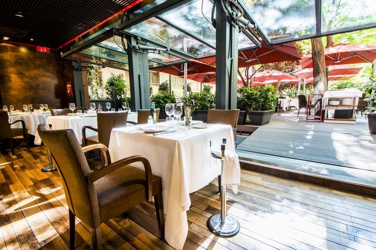 Restaurante Casa Narcisa. Perspectiva del salón y ventanales a la terraza interior.