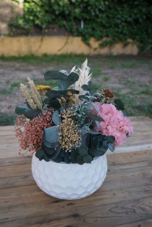 Centro de flores en un recipiente de cerámica