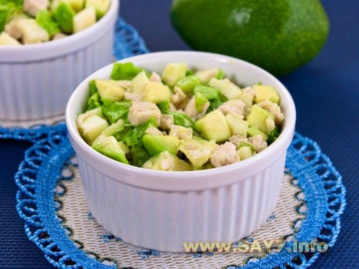 Салат с авокадо, яблоком и куриным филе