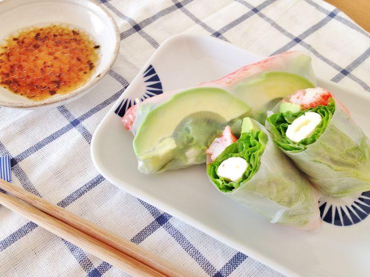 サラダってマンネリになりやすいですよね?健康のためにも野菜はたくさん食べたいけれど、ちょっと飽きちゃった……。そんな方におすすめなのが「生春巻き」です!ライスペーパーで野菜をくるむだけなのに、いつものサラダが何だか豪華に感じちゃう。片手で食べられるのもポイントです。