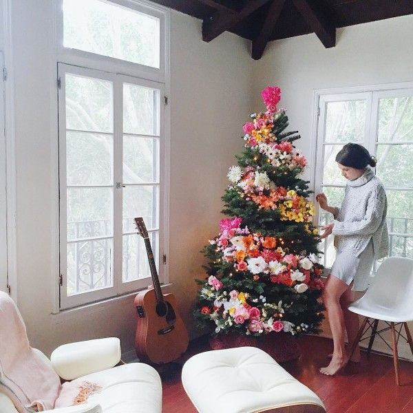 For The Boho Queen - Bri Emery, the mastermind behind LA style studio and blogDesign Love Fest, is all about turning your average tree into a work of art. Forgo your usual decorations and tuckin bright florals to form a vibrant spiral garland.