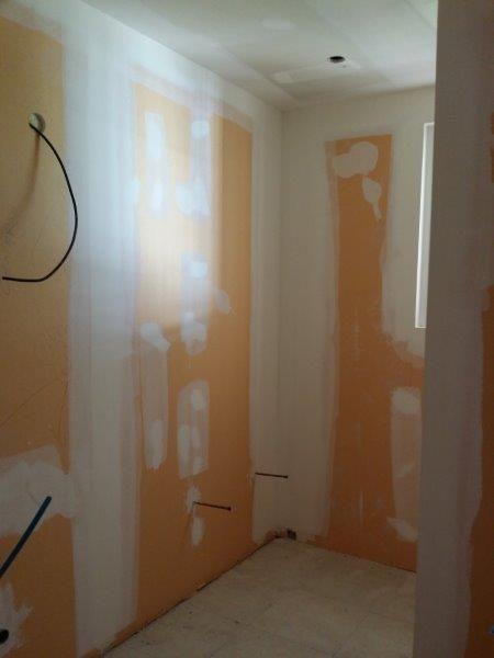 Plaques de plâtre haute densitée dans la salle de bain