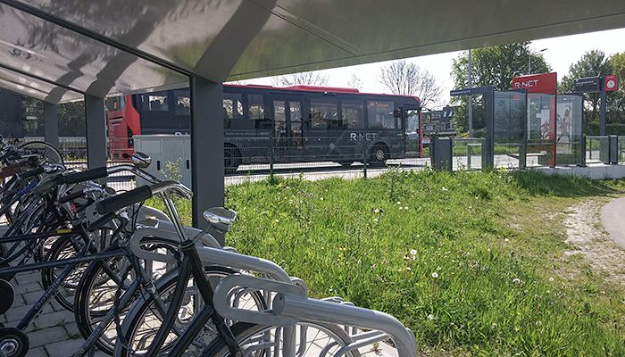 Reizigers hebben liever hogere frequenties in het openbaar vervoer, en nemen daarbij wat verder lopen of fietsen naar de halte op de koop toe. Dat maakt het interessant te investeren in bijvoorbeeld een fietsenstalling.  Dat concludeert het Kennisinstituut voor Mobiliteitsbeleid (KiM) op basis van een literatuurstudie.