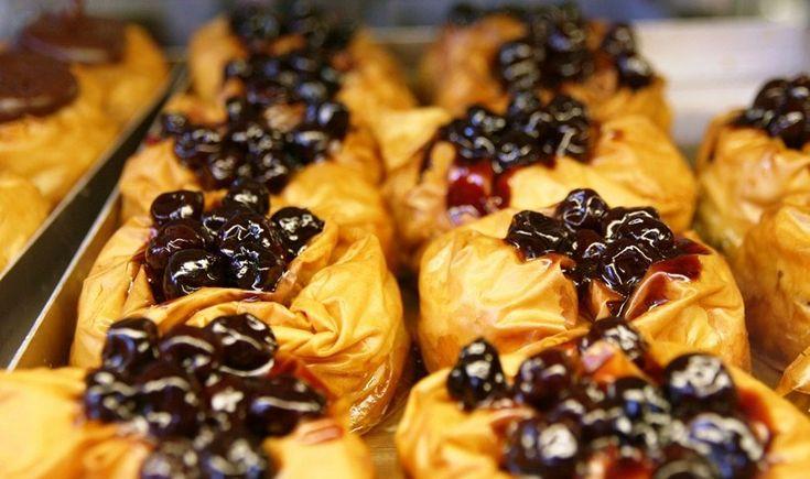 To αθηναϊκό κέντρο έχει πολλές γωνιές που μας βάζουν στον πειρασμό να κάνουμε μια στάση για να απολαύσουμε γλυκάκι επί τόπου. Από κολασμένα προφιτερόλ και σοκολατόπιτες μέχρι λαχταριστά κέικ και λουκουμάδες.