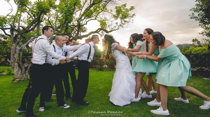 Cool wedding photo. Ideas para fotografía de bodas. Damas de honor y padrinos.