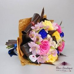 Un buchet plin de culoare realizat din alstroemeria, trandafiri albastri, trandafiri pink, trandafiri galbeni, crizanteme santini si frunze decorative.