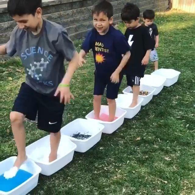 Sinneswanderungen sind großartige Outdoor-Aktivitäten für Kinder jeden Alters! M