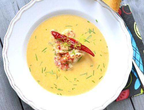 Skaldjurssoppa med kräftor eller kräftsoppa. Mustig skaldjurssoppa kokt med kräftor, grädde, vitt vin och lite vitlök.