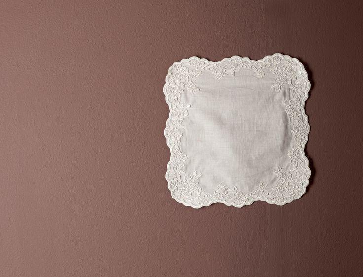 Welke bruid pinkt er geen traantje weg? Tijdens de huwelijksplechtigheid doe je dit natuurlijk stijlvol en wel met deze zakdoek van fijne katoen en afgezet met luxe kant.