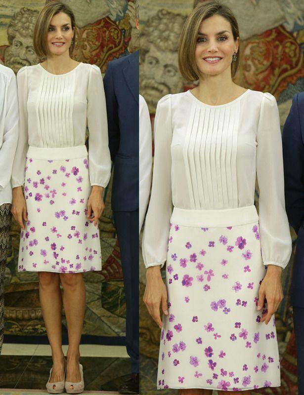 La reina ha vuelto al trabajo tras las vacaciones de verano. En una recepción en el Palacio de la Zarzuela la vimos con este look en blanco y violeta con una blusa con panel plisado y una falda con flores. Añadió unos peep toe nude.