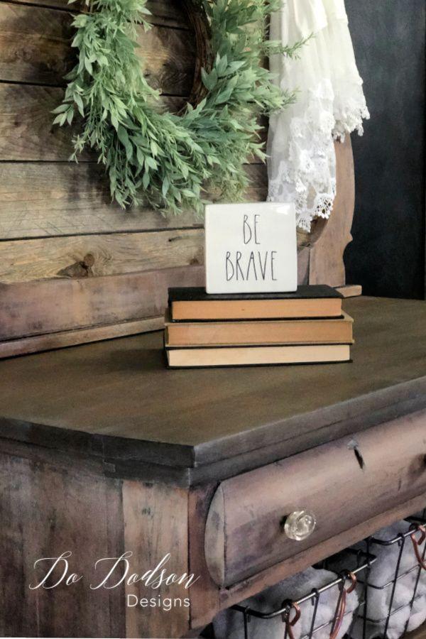 Wie man einfach weißes Wachs auf Holzmöbel aufträgt Was
