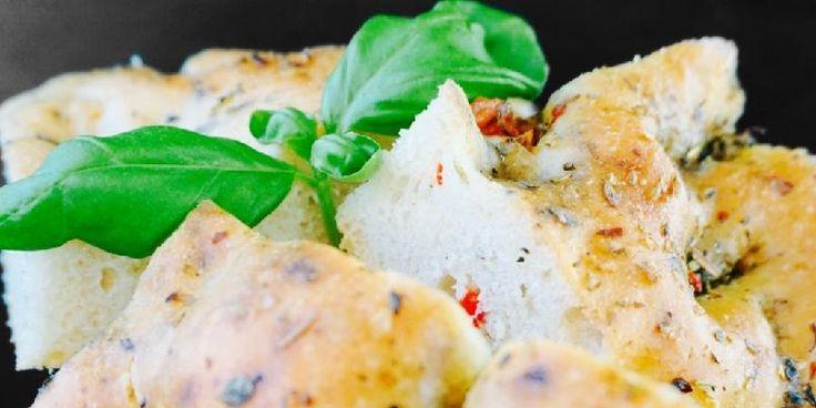 Saftig focaccia med hvitløk, chili og urteolje - Noe av det enkleste du kan lage er focaccia. Og så er det så digg! Her kan man putte I hva som helst. Jeg elsker hvitløk og gjerne litt spicy. Og øse på med deilig urteolje før steiking. Server den varm og med en god urteolje som du kan dyppe brødet i...mmmmm