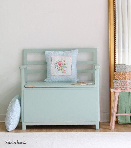 Popular Vintage Truhe in zartem Mint dekoriert mit verspielten Kissen Passt perfekt zum modernen Landhausstil