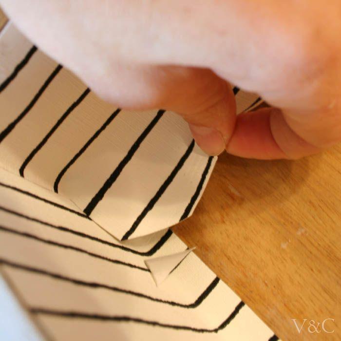 Cómo forrar cajones con papel [] Lining drawers with paper - Vintage & Chic. Pequeñas historias de decoración · Vintage & Chic. Pequeñas historias de decoración · Blog decoración. Vintage. DIY. Ideas para decorar tu casa