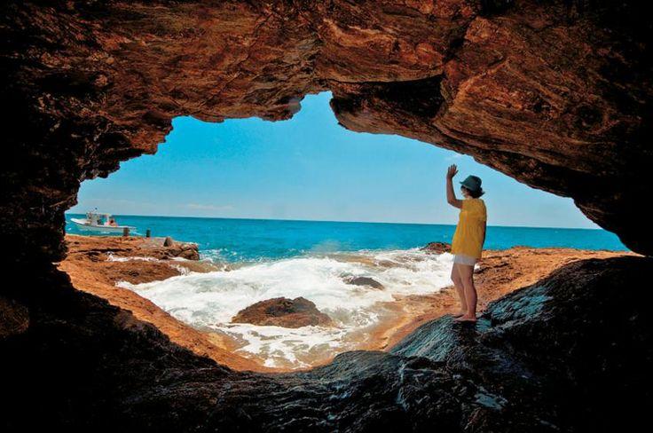 ΣΙΚΙΝΟΣ...Σπηλιά στην παραλία του Αγιου Παντελεήμονα, στην οποία θα πάτε με σκάφος ή εκδρομικό καΐκι.