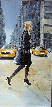 Femme à New York - Femme traversant une rue à New York, devant les Yellow Cab.