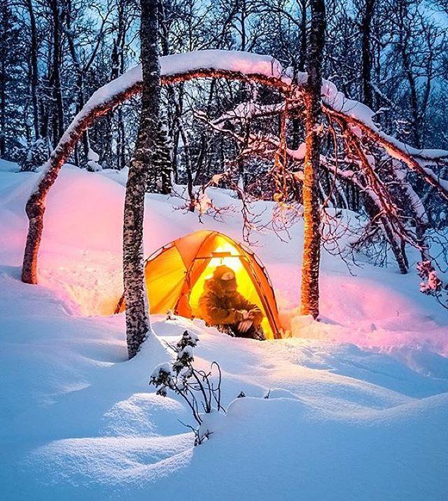 Ikke la deg lure av den lune, varme stemningen. Telting i vinterskogen krever erfaring, kunnskap og riktig utstyr. Et godt underlag og en god sovepose har høyeste prioritet. Teltet beskytter mot vær og vind men varmer lite. Personlig så bruker jeg bare ytterteltet for å få det lunt. Liker å ha god plass inne i teltet om vinteren. Det er også mer praktisk å fyre for matlaging og varme uten innertelt.
