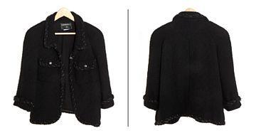 CHANEL JAKKE  Chanel, Paris. Sort bouclé ull med for i sort silke. Gunmetal farget kjetting i kantene. Er i følge merkingen en fransk 44 (europeisk 38/40) Lengde fra ermhull til ermhull: 50 cm