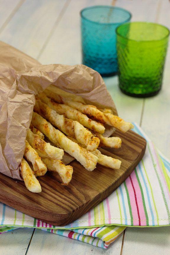 Torcidos crocantes de massa folhada com queijo e paprica