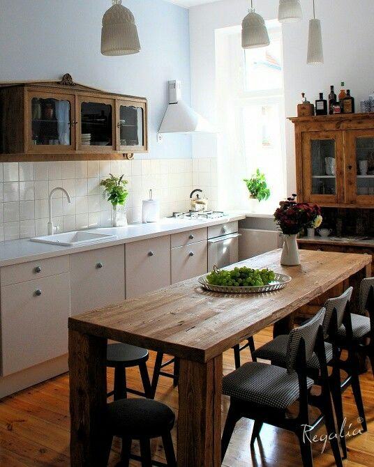 Blat o grubości 5 cm wykonany jest oczywiście ze starego drewna - traczowanego, a nogi z belek   ciosanych ręcznie :).  #regaliapolskamanufaktura #stol #stoldrewniany #drewnianystol #drewno #kuchnia #blat #blatdrewniany #wood #wooden #woodworking #woodworker #wooddesign #table #kitchen #staredrewno