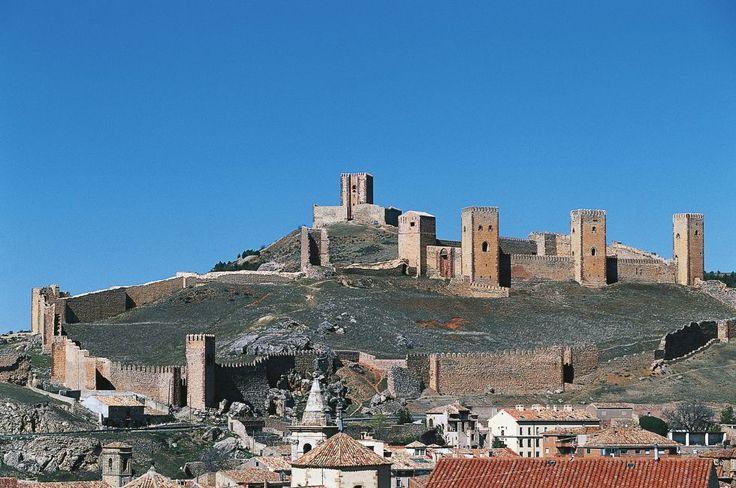 Su muralla exterior, con numerosas torres defensivas, dibuja un enorme anillo en la falda del monte, por encima de Molina de Aragón y del valle del río Gallo. Se distingue la fortaleza (del siglo XII) y la llamada Torre de Aragón. Llegó a tener ocho torres, de las que se conservan cuatro en buen estado, y restos de otras dos.