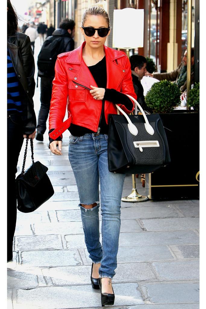 Nicole Richie con cazadora de cuero roja y jeans rasgados.