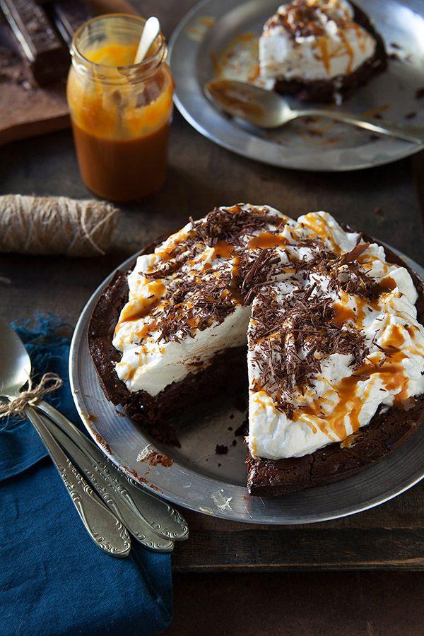 Tarta de chocolate con cobertura de merengue y salsa de caramenlo