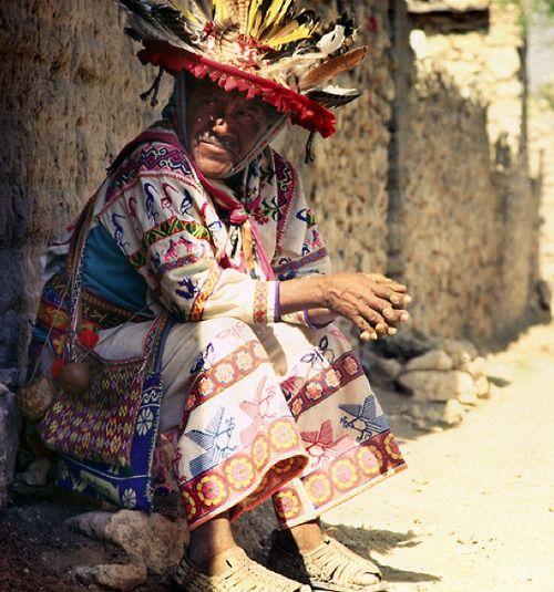 Los #Huicholes viven en distintos poblados de #Nayarit. Sus coloridas prendas y sus costumbres ancestrales se mantienen a través de los años.
