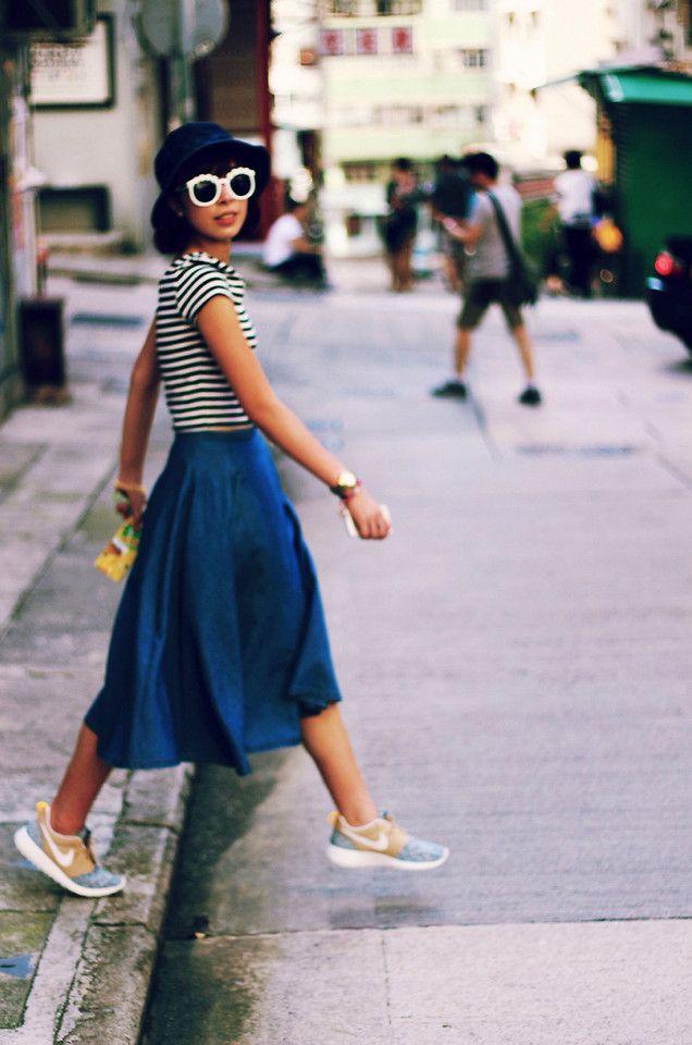 Acheter la tenue sur Lookastic: https://lookastic.fr/mode-femme/tenues/t-shirt-a-col-rond-jupe-mi-longue-baskets-basses-chapeau-lunettes-de-soleil/3329 — T-shirt à col rond à rayures horizontales blanc et noir — Chapeau bleu marine — Jupe mi-longue en denim bleue marine — Lunettes de soleil noires et blanches — Baskets basses bleues claires