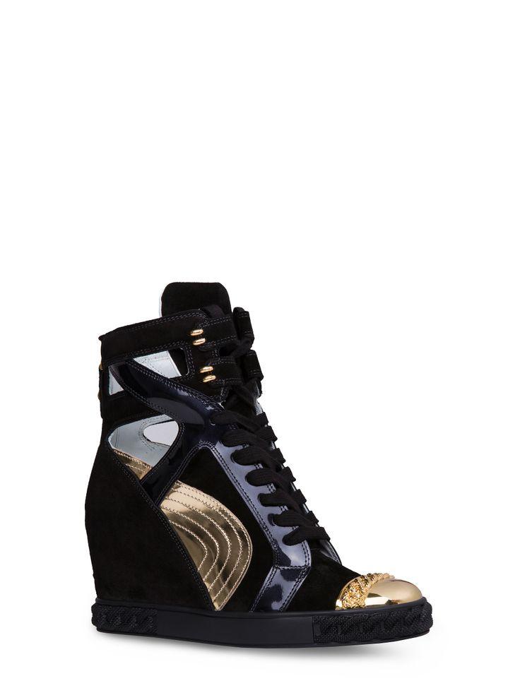 """Casadei - Sneaker - 0186DS....MTOEN.1 - Sneaker versatile in patchwork di camoscio nero, vernice nero e inserti in pelle laminata effetto specchio oro e puntale oro e decorazione catena a rilievo. Chiusure in velcro nella parte superiore. Chiusura a zip posteriore in metallo color oro. Allacciatura in pelle bianca. Linguetta imbottita. Fondo in gomma con iconica decorazione """"catena"""". Zeppa interna. 80 mm. Camoscio, Vernice, Pelle Laminata Effetto Specchio. Made in Italy"""