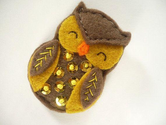 Broche de buho, chocolate  y mostaza, ave broche de fielro,  pin lechuza de fieltro, buho con nudo francés y lentejuelas