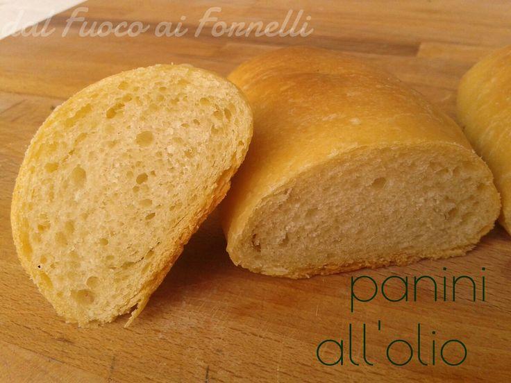 Deliziosi panini all'olio con lievito madre, leggeri e fragranti: una via di mezzo tra un pane morbido e un pane comune.