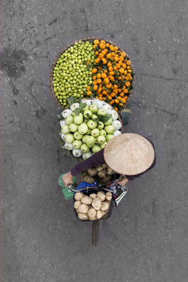 Photographer Spends Hours on Bridges to Capture Colorful Overhead Portraits of Street Vendors - My Modern Met