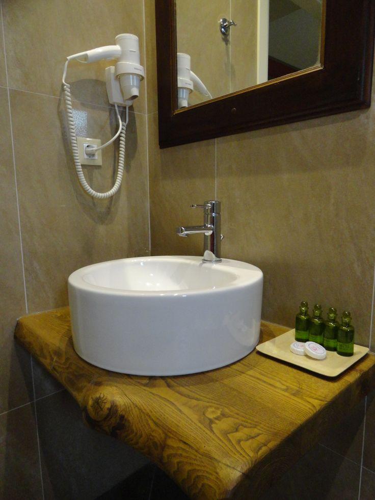 Λεπτομέρεια από τα μπάνια των δωματίων του Hotel Rodovoli. (Konitsa, Epirus, Greece).