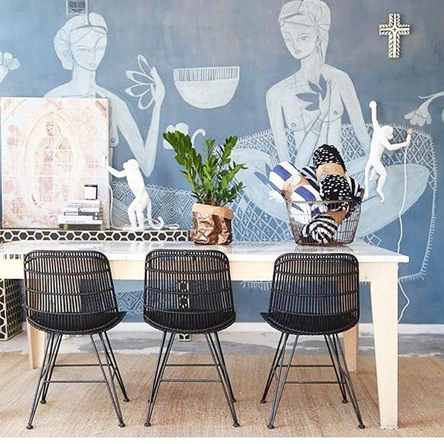 Vakker styling med stoler fra HKliving  stolene finner du i vår nettbutikk . credit @ ? #hkliving#stoler#spisestue#spisestuestol#interiør#bilder#møbler#stue#soverom#kjøkken#dagensiterior#tipstilhjemmet#finahem#designforeveryone#boligmagasinet#inredningsdesign#interior4all#instahome#interior123#myhome#livingroom#roominterior#interior2you#klassiskdesign#nordiskdesign#interior_and_living