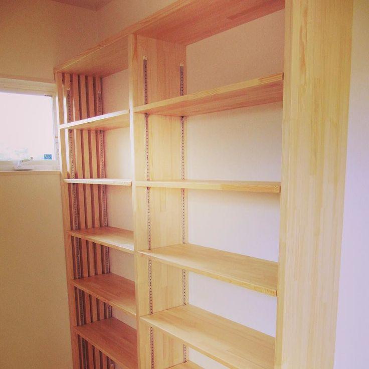 造作本棚棚板は可動式 書斎に取り付けた棚です  #書斎  #本  #造作棚  #作り付け本棚  #造り付け本棚  #滋賀県  #日野町  #パイン材  #新築住宅  #フォローミー  #可動棚  #DIY  #大工